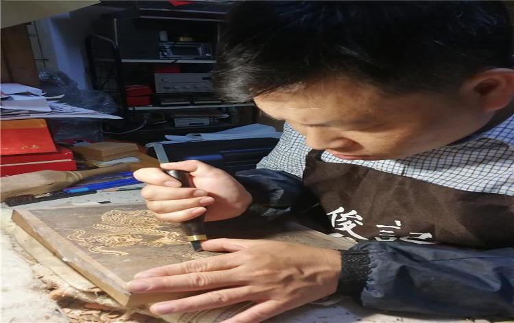 """刻印在木版上的""""年味"""""""